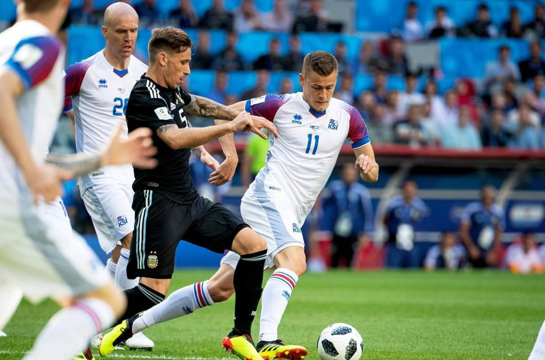 梅西被冰岛球员放倒,整个赛程,梅西被冰岛队员盯得死死的,很难突破.