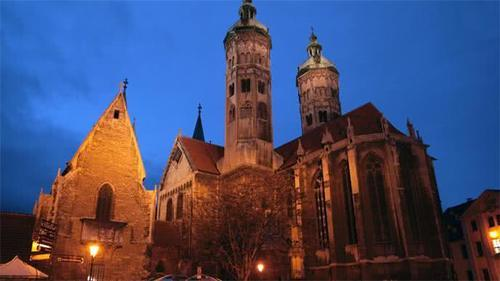 9世纪的瑙姆堡大教堂展示了中世纪的艺术和建筑,以及从晚期罗马式风格