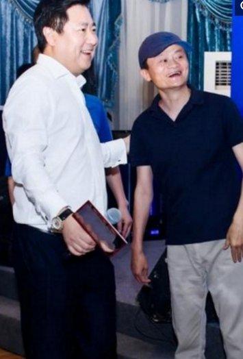 向佐为人谦逊,和马云握手时弯着腰,马云很开心