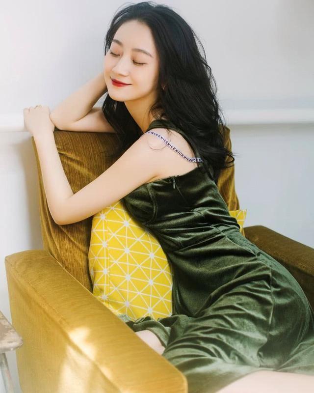 陈梦希泡面头+绿色长裙,美得不敢认!