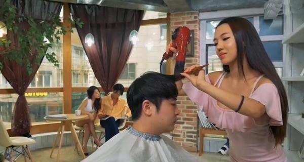 """""""一家理发店, 两位姑娘"""", 轻松拍成一部电影, 韩国导演的拍戏成本太低了"""