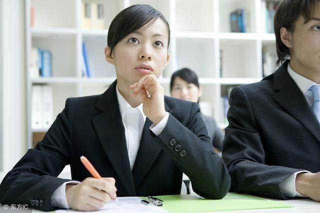 刚毕业的学生,能够提供一份工作就够意思了,所以小丽的工资在公司是最
