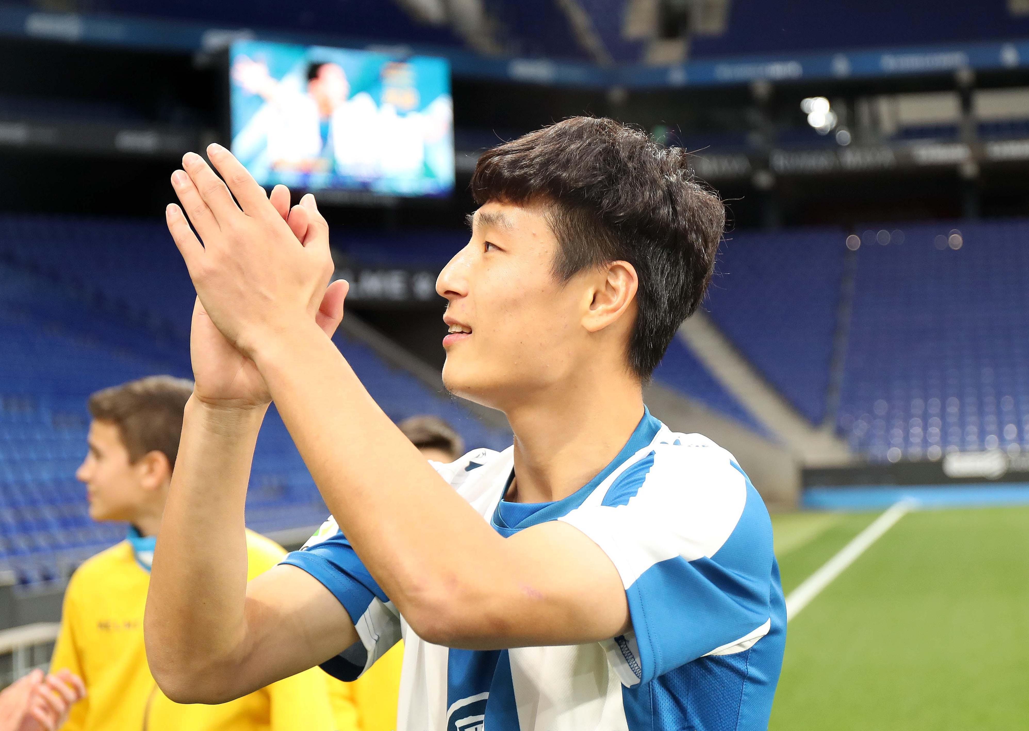 感动!武磊亮相西班牙人数百球迷欢迎 他用受伤